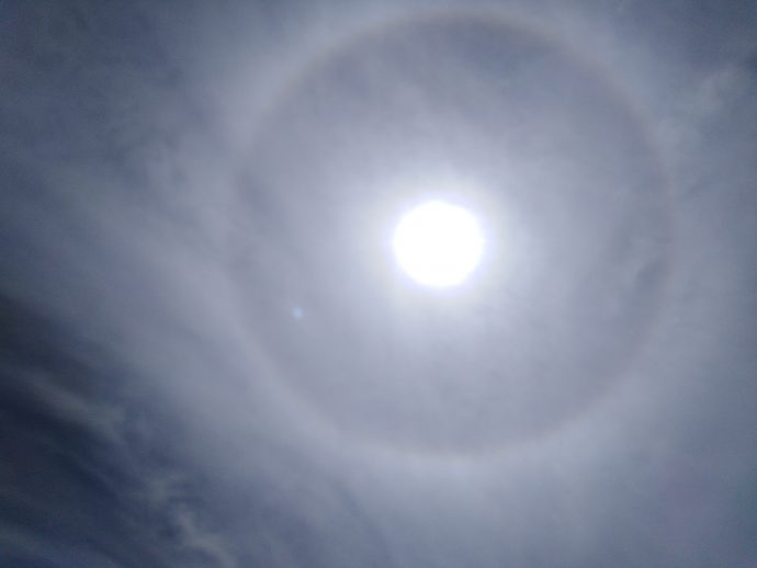 Circunferência nebular à volta do sol.